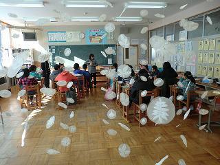 栃木さんの作品を展示しながら授業